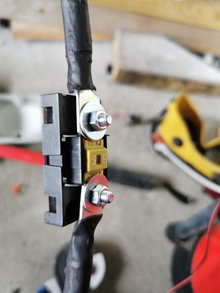 BatteryCable_fusebox_visible_side.jpg